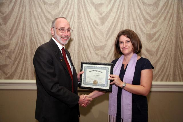 Susana receiving the OSA Fellow Certificate from OSA President Thomas M. Baer